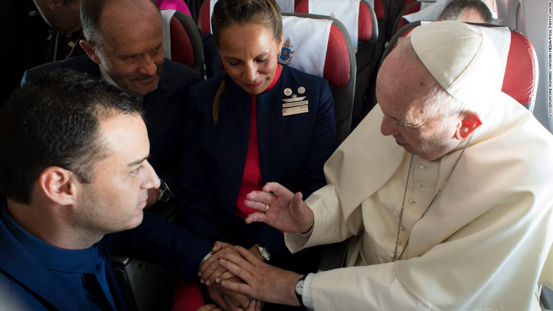 pope-francis-marries-plane-couple